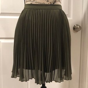 Green pleated Hollister skirt size S